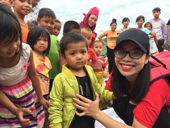 Chị Phạm Thị Thủy với các em nhỏ tại thị trấn Ít Ong (Mường La, Sơn La) tháng 8/2017. Ảnh:Thu Cúc.