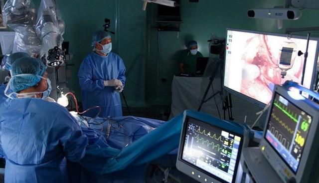 Ứng dụng phẫu thuật bằng robot mang lại nhiều lợi ích cả cho đội ngũ y tế và người bệnh.