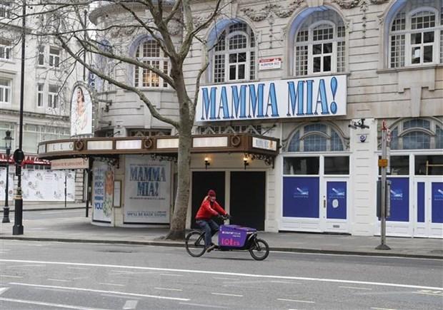 Một nhà hát tại trung tâm thủ đô London, Anh đóng cửa trong bối cảnh các biện pháp hạn chế được áp dụng để phòng dịch Covid-19 ngày 29/12/2020. (Ảnh: THX/TTXVN).