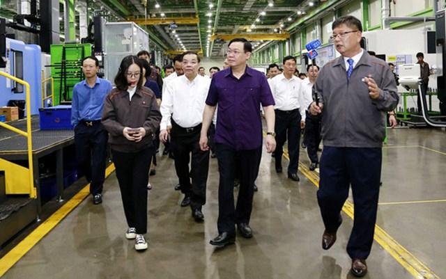 Bí thư Thành ủy Hà Nội Vương Đình Huệ và lãnh đạo thành phố Hà Nội thăm quan, động viên sản xuất tại Nhà máy sản xuất linh kiện máy bay tại Khu công nghệ cao Hòa Lạc.