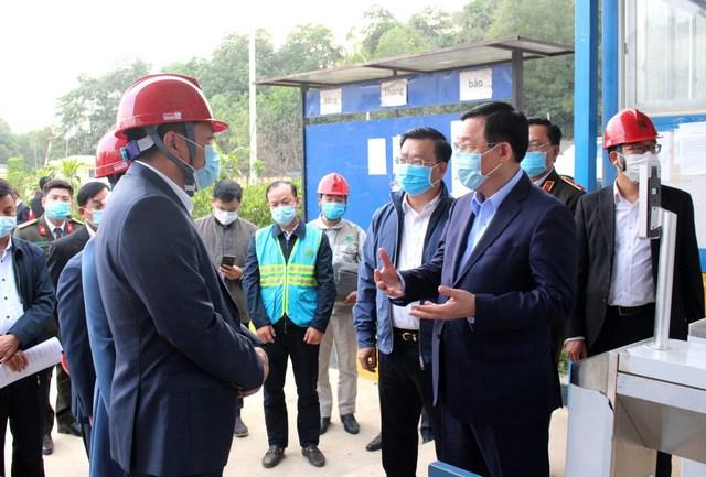 Bí thư Thành ủy Vương Đình Huệ đi kiểm tra thực tế tại Khu liên hợp xử lý rác thải Sóc Sơn.