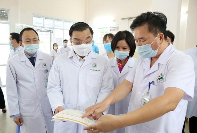Chủ tịch UBND thành phố Hà Nội Chu Ngọc Anh kiểm tra công tác phòng, chống dịch Covid-19 tại Bệnh viện đa khoa Đức Giang.