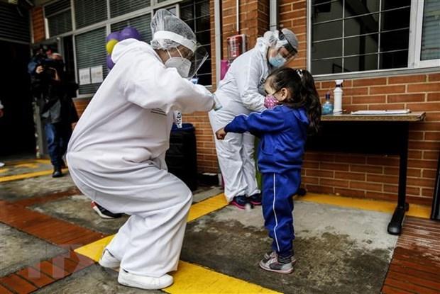 Kiểm tra thân nhiệt phòng lây nhiễm COVID-19 tại Bogota, Colombia. (Ảnh: AFP/TTXVN).