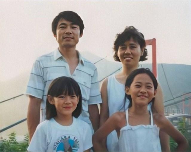 Son Ye Jin chụp hình cùng bố mẹ và chị gái khi lên 6 tuổi.