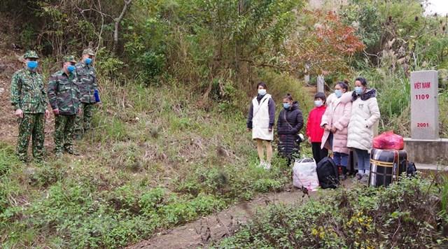 Ngày 30/12/2020, Tổ tuần tra, kiểm soát của Đồn Biên phòng Cửa khẩu Quốc tế Hữu Nghị phát hiện 5 công dân Việt Nam nhập cảnh trái phép từ bên kia biên giới. (Ảnh: TTXVN)