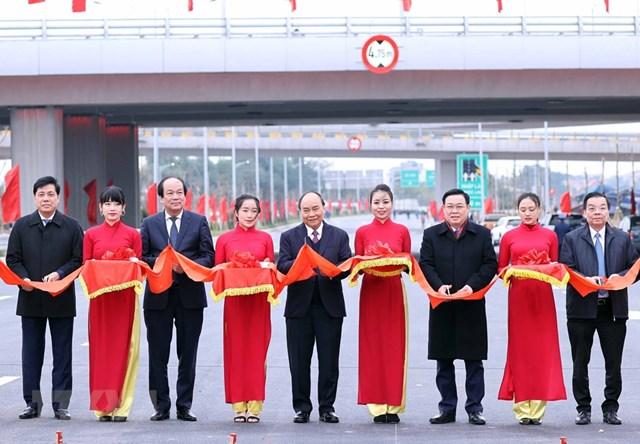 Thủ tướng Nguyễn Xuân Phúc cùng lãnh đạo Thành phố Hà Nội, Văn phòng Chính phủ, Bộ Giao thông vận tải cắt băng khánh thành công trình. (Ảnh: Thống Nhất/TTXVN).