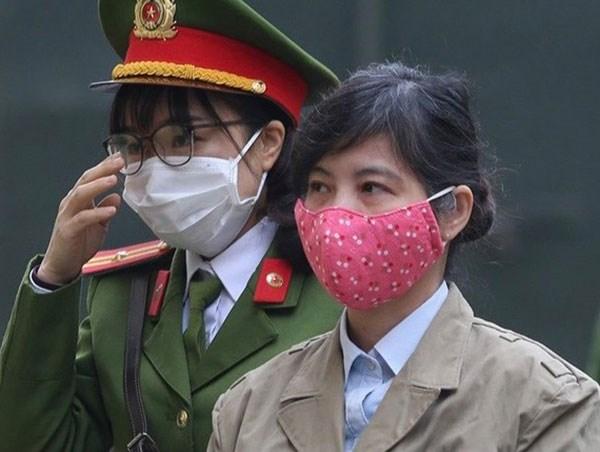 Bị cáo Nguyễn Thị Kim Anh bị dẫn giải ra tòa.