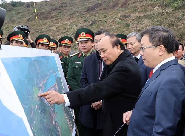 Thủ tướng Nguyễn Xuân Phúc xem hình ảnh về địa điểm thực hiện Dự án Nhà máy thủy điện Hòa Bình mở rộng. (Ảnh: Thống Nhất/TTXVN).