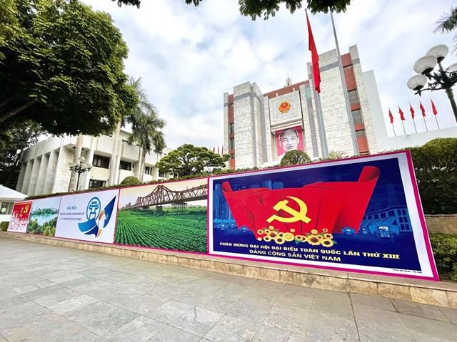 Trang hoàng áp phích tại trụ sở Ủy ban Nhân dân-Hội đồng Nhân dân thành phố Hà Nội. (Ảnh: Minh Hiếu/Vietnam+).