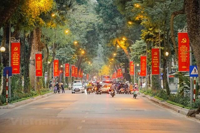 Các tuyến đường như khoác thêm một tấm áo mới, sống động, rực rỡ hơn ngày thường hình ảnh lá cờ búa liềm, cờ đỏ sao vàng treo thành từng cụm, giúp tuyến phố thêm rực rỡ. (Ảnh: Minh Hiếu/Vietnam+).