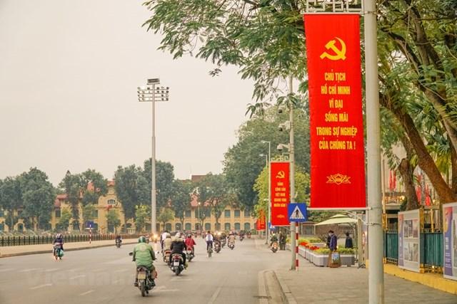 Về việc treo băng rôn dọc, Sở Văn hóa và Thể thao Hà Nội đã hoàn thành treo 400 chiếc tại các tuyến phố xung quanh khu vực Ba Đình, đường Hùng Vương, Độc Lập, Chu Văn An, Lê Hồng Phong. (Ảnh: Minh Hiếu/Vietnam+).