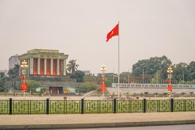 Lăng Chủ tịch Hồ Chí Minh trong những ngày này cũng rực rỡ cờ đỏ và đầy trang nghiêm. (Ảnh: Minh Hiếu/Vietnam+).