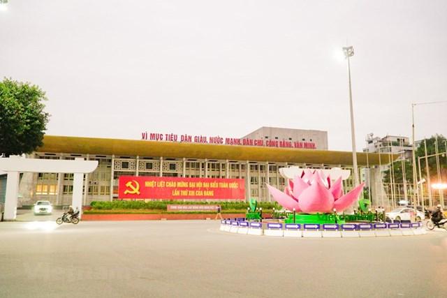 Cung Văn Hóa Lao Động Hữu Nghị Việt-Xô căng băng rôn chào mừng Đại hội. (Ảnh: Minh Hiếu/Vietnam+).