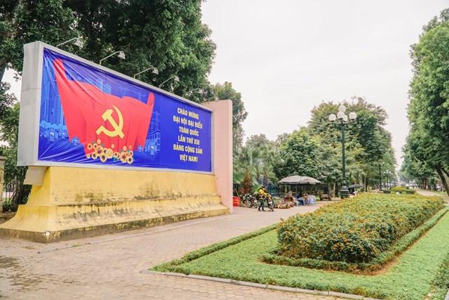 Cụm pano cố định tấm lớn chào mừng Đại hội đại biểu toàn quốc lần thứ XIII Đảng Cộng sản Việt Nam tại phố Trần Nhân Tông. (Ảnh: Minh Hiếu/Vietnam+).