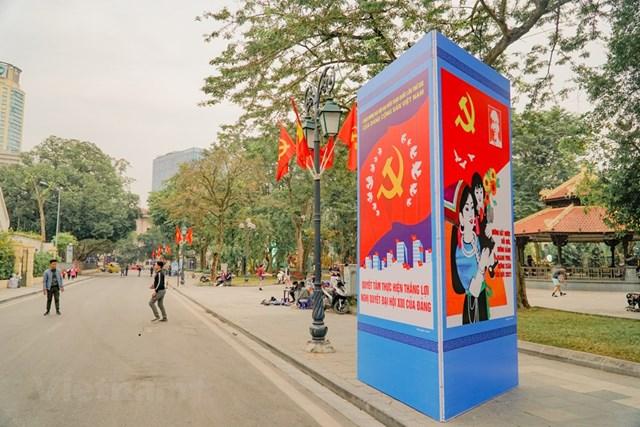 Theo Sở Văn hóa và Thể thao Hà Nội, đến ngày 8/1, công tác trang trí tuyên truyền, cổ động trực quan phục vụ Đại hội đại biểu toàn quốc lần thứ XIII của Đảng đã hoàn thành với khối lượng lớn. (Ảnh: Minh Hiếu/Vietnam+).