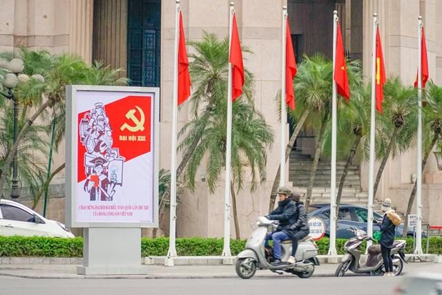 Cơ quan này cũng hoàn thành trang trí 3 cụm mô hình, biểu tượng tại các đảo giao thông, quảng trường (huy động nguồn lực xã hội hóa) ở vị trí Quảng trường trước Ngân hàng Nhà nước, Quảng trường 1/5, đảo giao thông trước trụ sở Bộ Ngoại giao. (Ảnh: Minh Hiếu/Vietnam+).