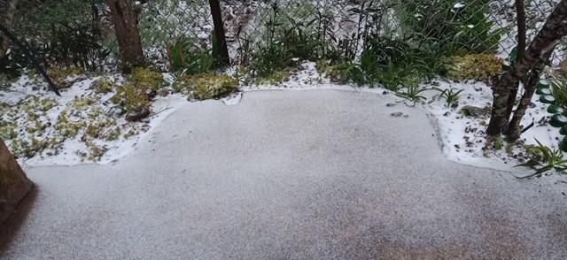 Những lớp tuyết bám dày trên sân, tường rào và phủ trắng xóa lên khung cảnh thiên nhiên ở Y Tý.