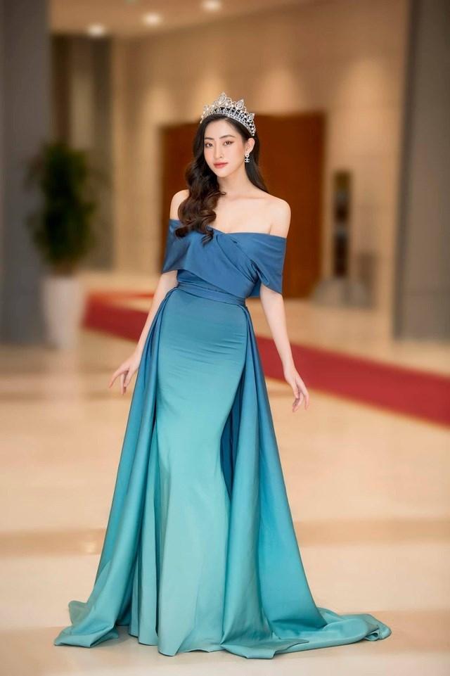 Hoa hậu Lương Thùy Linh xinh như công chúa khi đội vương miện, diện đầm dạ hội đơn giản. Bên cạnh thiết kế giúp khoe khéo vai trần gợi cảm, bộ váy này còn được nhà thiết kế sử dụng cách đi màu nhạt dần tạo điểm nhấn cho người đẹp 10X.