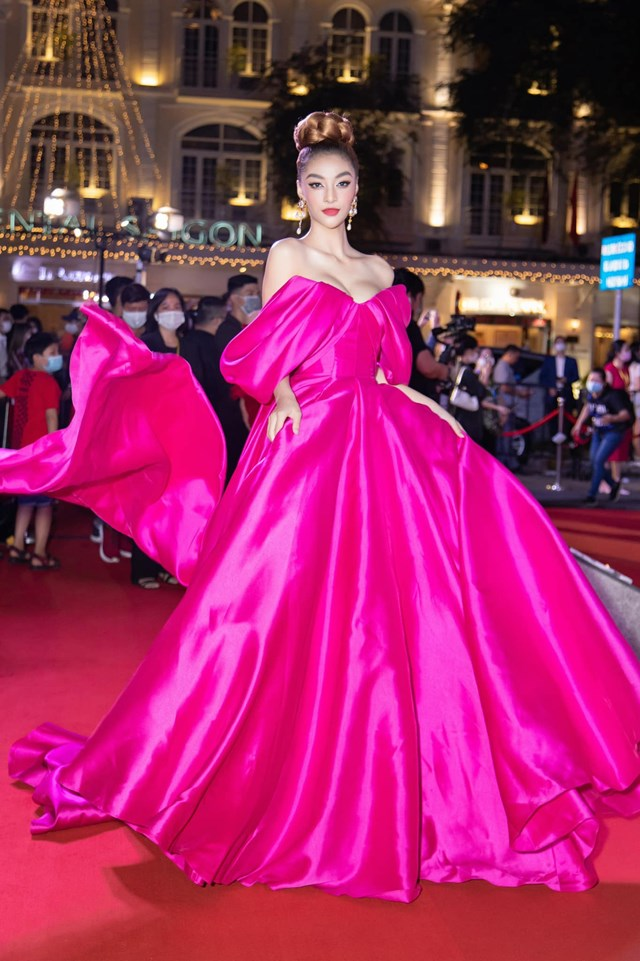 Không kém cạnh, Á hậu - rapper Kiều Loan với thiết kế váy xòe bồng, o ép vòng một gợi cảm. Mặc dù diện váy tông hồng cánh sen nhưng Kiều Loan chọn phong cách trang điểm cá tính giúp cô không bị sến sẩm.