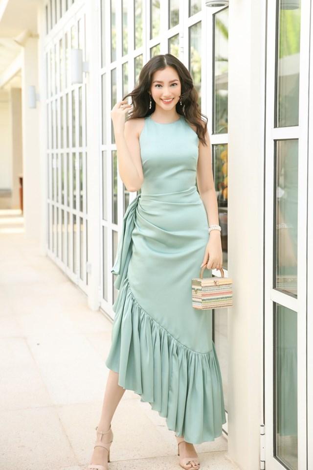 Hoa hậu Trương Tri Trúc Diễm chứng minh phong độ về nhan sắc dù diện váy nhún bèo đơn giản, tông màu xanh mint mát mắt.