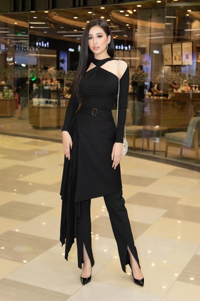 Mai Phương Thúy ghi điểm tuyệt đối khi diện váy yếm kết hợp với quần. Thiết kế đơn giản nhưng giúp người đẹp khoe được vóc dáng thon gọn, mảnh mai.