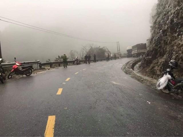 Hai xe tải gặp nạn quay ngang đường Ô Qúy Hồ.