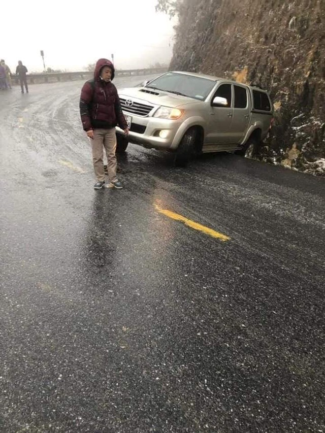 Đường đóng băng trơn khiến phương tiện gặp nạn trên đèo Ô Qúy Hồ.