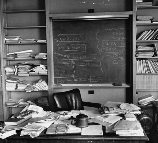 Bàn làm việc bừa bộn của Albert Einstein sau khi ông qua đời. Ảnh: Getty Images.