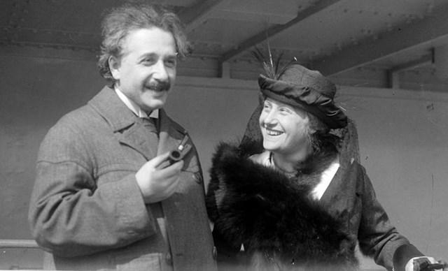 Albert Einstein và người vợ thứ hai, Elsa.