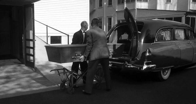 Thi hài của Albert Einstein được đưa lên xe tang bên ngoài nhà tang lễ Princeton, New Jersey, ngày 18/4/1955.