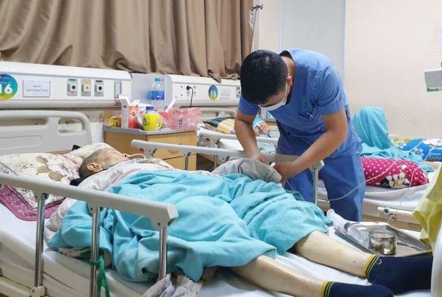 Bác sĩ thăm khám cho bệnh nhân điều trị tại BV Lão khoa Trung ương.