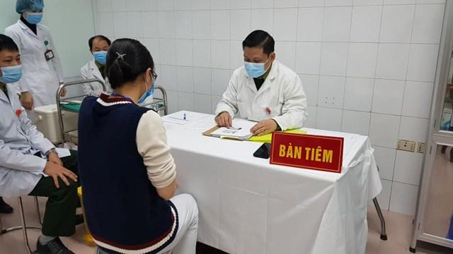Nữ tình nguyện viên đầu tiên chuẩn bị tiêm vắc xin Covid-19 liều cao nhất sáng 12/1. Nguồn: Suckhoedoisong.vn.