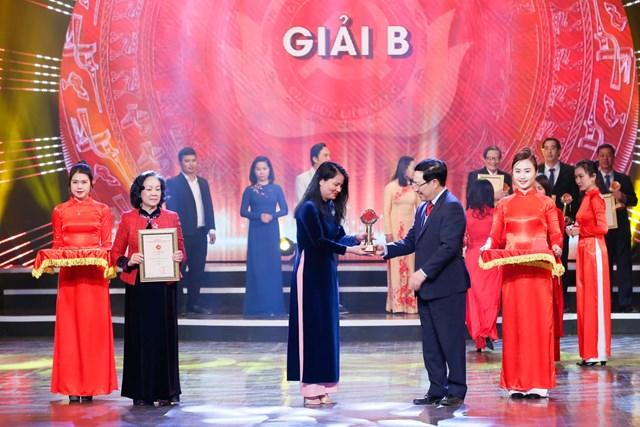 Trưởng ban Dân vận Trung ương Trương Thị Mai và Phó Thủ tướng, Bộ trưởng Bộ Ngoại giao Phạm Bình Minh trao Giải B cho các tác giả. Ảnh: Quang Vinh.
