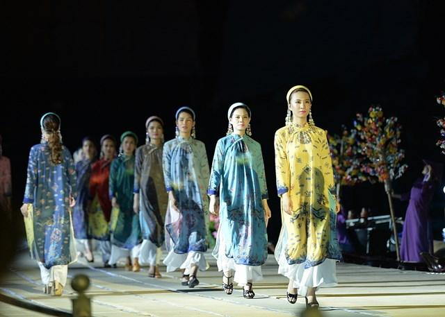 Đêm hội áo dài phố cổ Hội An (Quảng Nam).