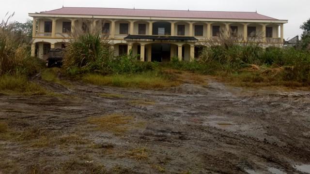 Đường vào Trung tâm Dạy nghề huyện Gia Viễn um tùm cỏ dại.