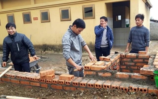 Thầy Vũ Xuân Quế trực tiếp xây bếp ủ cấp nước nóng cho học sinh Trường THCS và THPT Bát Xát (Lào Cai).