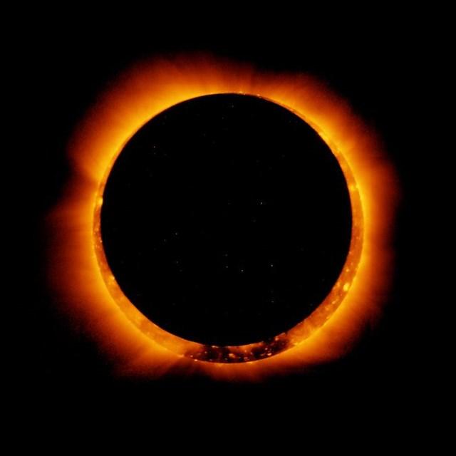 Vệ tinh Hinode của Nhật Bản, đã chụp được bức ảnh nhật thực hình khuyên này vào ngày 4/1/2011. Ảnh: NASA.