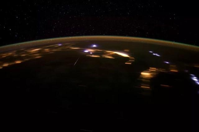 Một thành viên phi hành đoàn Expedition 30 chụp thiên thạch Lyrid từ trên Trạm Vũ trụ quốc tế vào ngày 22/4/2012. Ảnh: NASA.