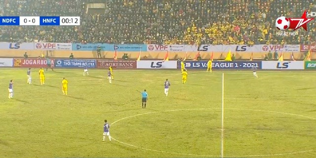 Hình ảnh ngày khai mạc V-League khiến báo Indonesia ước ao.