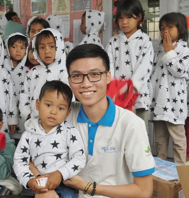 Lê Văn Phúc trong chuyến trao tặng áo ấm cho trẻ em vùng lũ tại Quảng Ngãi..