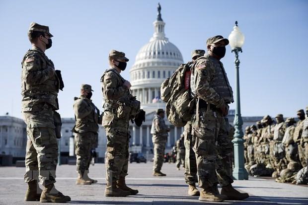Binh sỹ vệ binh quốc gia gác tại khu vực tòa nhà Quốc hội Mỹ ở Washington, D.C., ngày 14/1/2021. (Ảnh: THX/TTXVN).