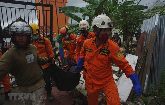 Nhân viên cứu hộ chuyển thi thể nạn nhân thiệt mạng trong trận động đất ở Mamuju, Tây Sulawesi, Indonesia, ngày 15/1/2021. Ảnh: THX/TTXVN.
