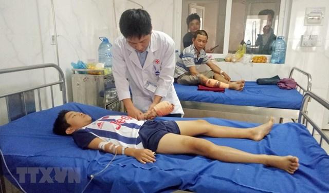 Bác sĩ kiểm tra vết thương và theo dõi cử động bàn tay trái của bệnh nhân. (Ảnh: TTXVN phát).