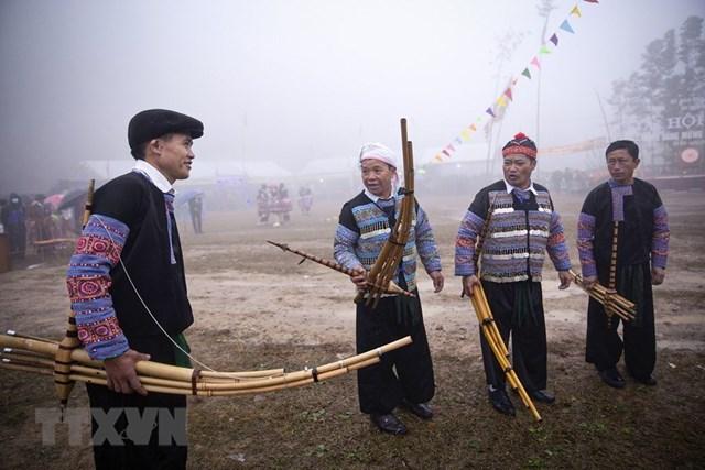 Những nhạc công người Mông thổi khèn trong lễ hội Gầu Thào. (Ảnh: Trọng Đạt/TTXVN).