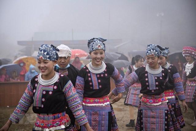 Niềm vui của các thiếu nữ tham gia lễ hội. (Ảnh: Trọng Đạt/TTXVN).