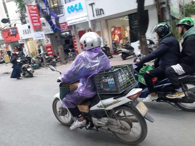 Nhiều người sử dụng áo mưa như một phụ kiện để ngăn gió, giữ ấm cơ thể vào mùa lạnh.