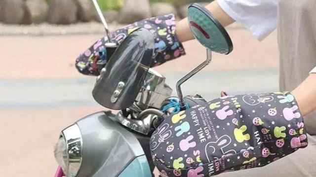 Găng tay đi xe máy giúp giữ ấm đôi tay vào mùa đông.