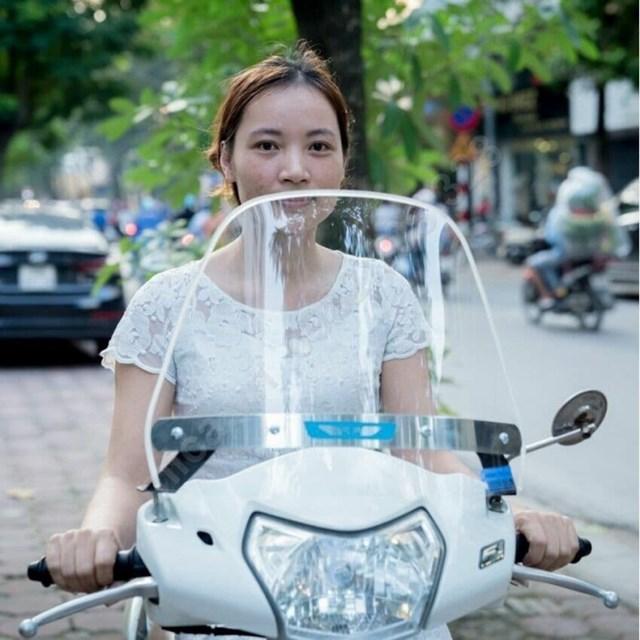 Kính chắn gió xe máy hạn chế tác động trực tiếp của gió vào cơ thể, đặc biệt là vùng mặt.