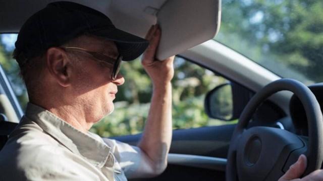 Tấm chắn nắng phía trước giúp giảm thiểu 80% tác hại của ánh nắng tới tài xế.