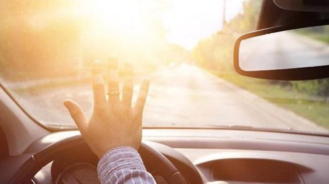 Nếu có thể thì bạn nên tránh lái xe ở những thời điểm nắng gắt.